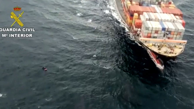 La Guàrdia Civil evita 'in extremis' que un barco envesteixi una pastera
