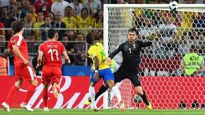 Paulinho durante la acción del primer gol de Brasil.