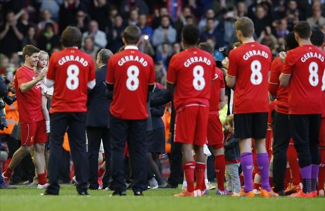 La plantilla del Liverpool, con la camiseta de Gerrard, hace el pasillo al capitán.