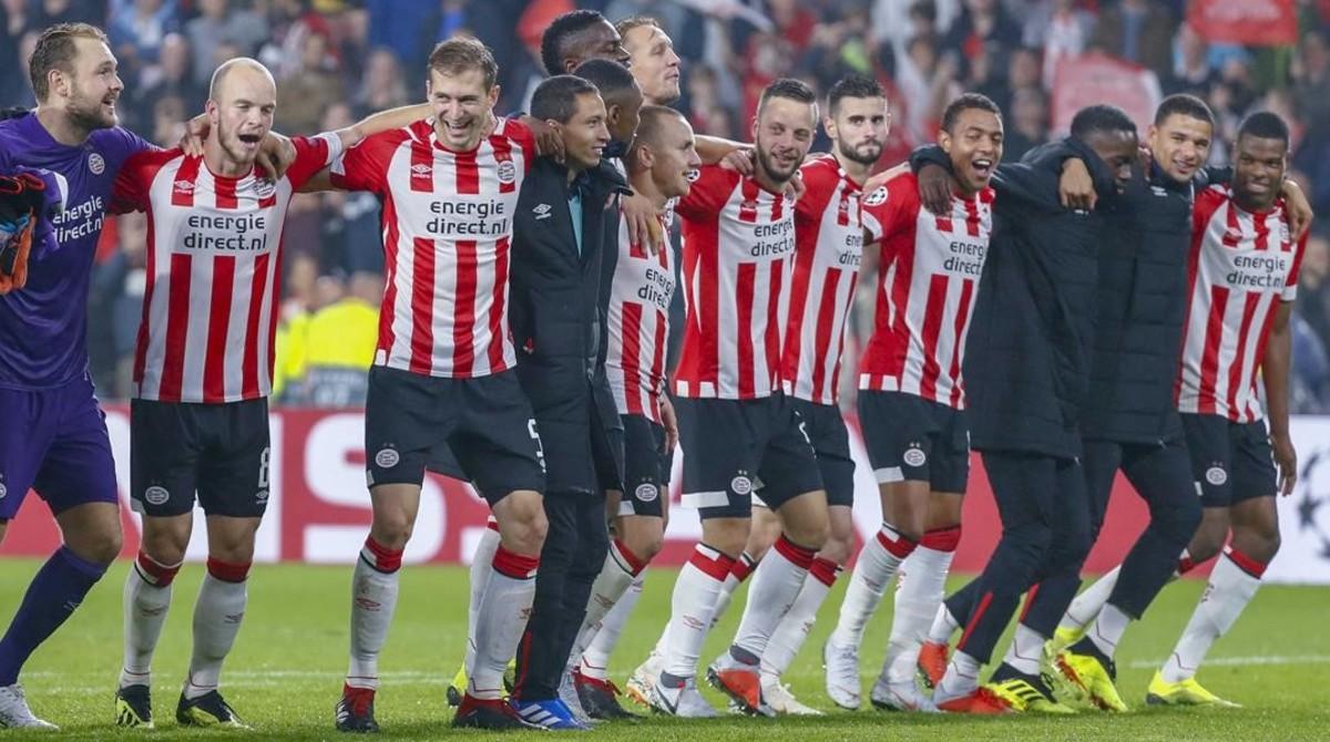 La plantilla del PSV Eindhoven celebra la clasificación para la fase de grupos de la Champions tras eliminar al Bate Borisov.