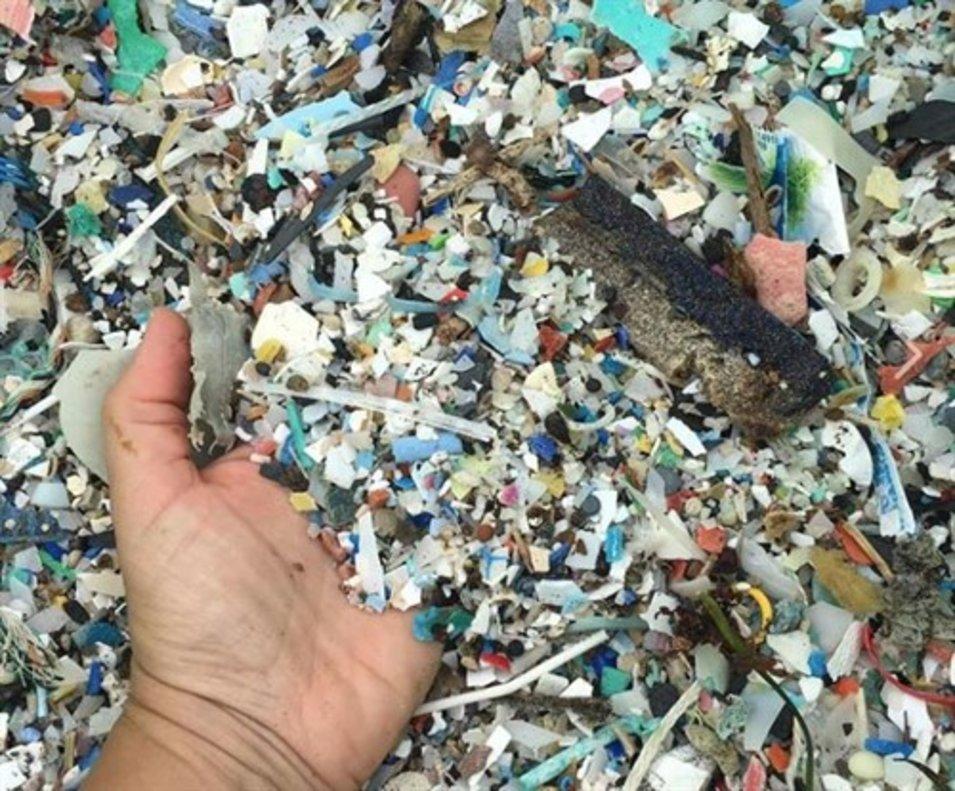 Los plásticos que han llegado a la orilla en la playa de El Porís en Tenerife.