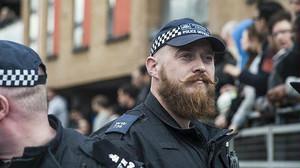 Lagent hipster Peter Swinger controla la seguretat a Londres durant unes protestes.