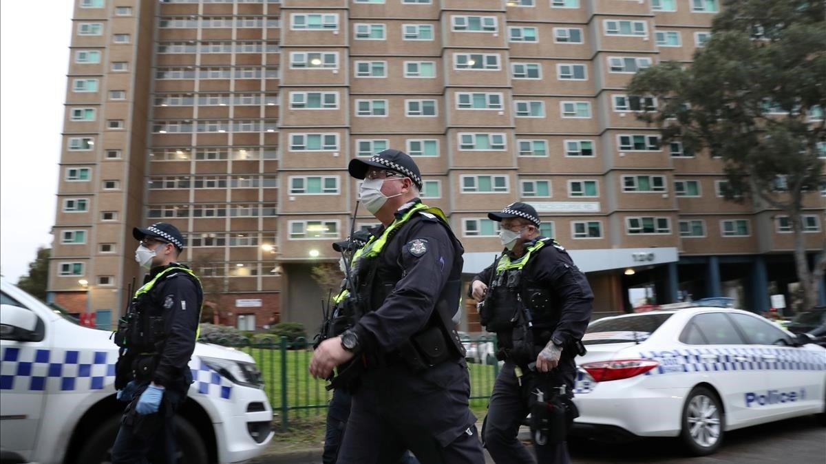 La policía rodea un bloque de pisos confinados en Melbourne.