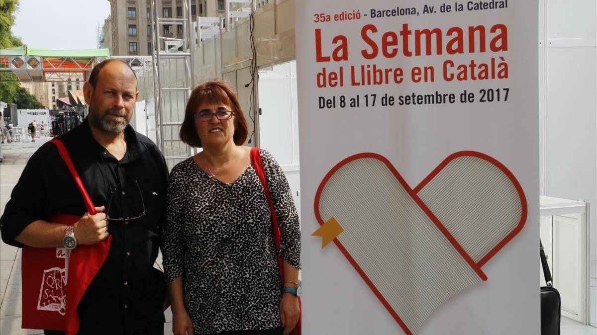 La presidenta de la Associacio d'Editors en Llengua Ctalana, Montse Ayats, y el presidente de la Setmana del Llibre en Catala, Joan Sala.