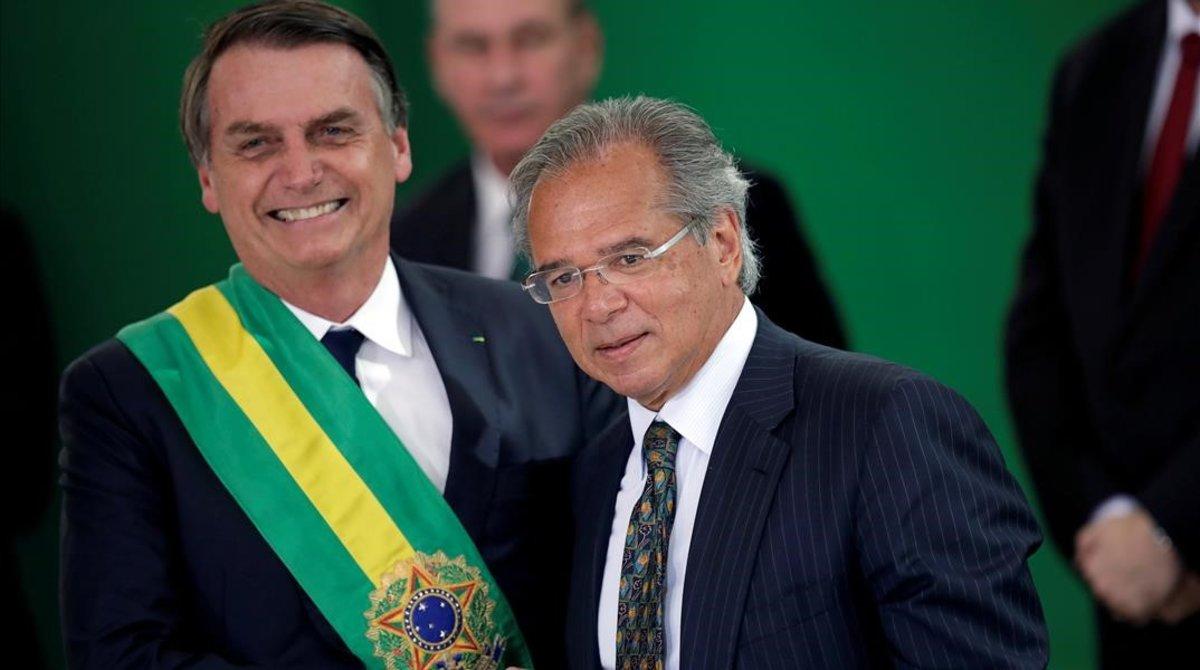 El presidente brasileño, Jair Bolsonaro, juntoa Paulo Guedes, ministro de Economía.