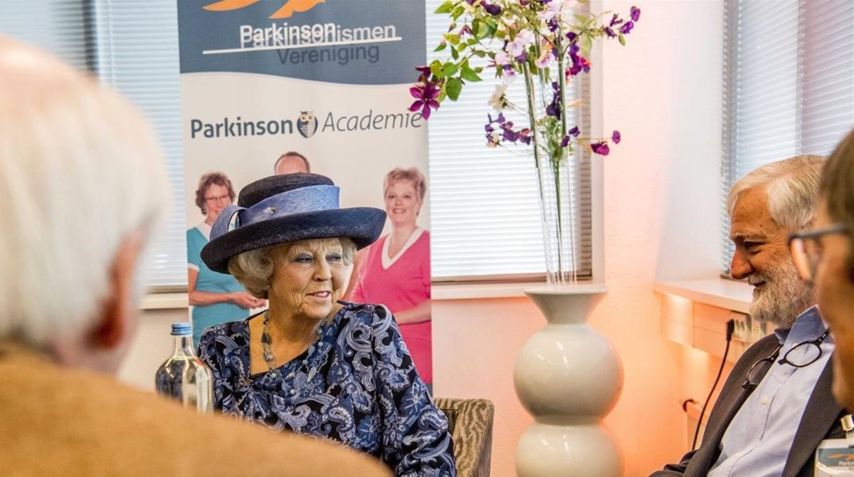 La princesa Beatriz de Holanda, cuyo marido murió de párkinson, con los miembros de la asociación mundial este lunes.