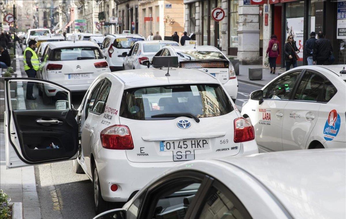 Protesta de taxistas en València en diciembre para pedir una regulación más restrictiva para los coches con licencia VTC