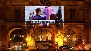 Proyección de Amnistía Internacional en la fachada del Louvre, en París, pidiendo poner fin a la hipocresía con el régimen de Arabia Saudí con motivo del G-20.