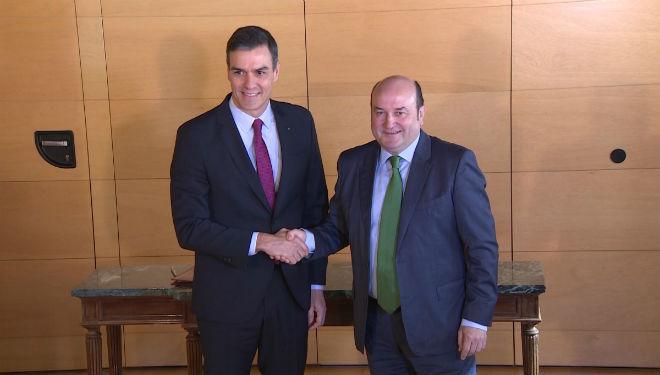 Sánchez y Ortuzar firman un acuerdo para la investidura.