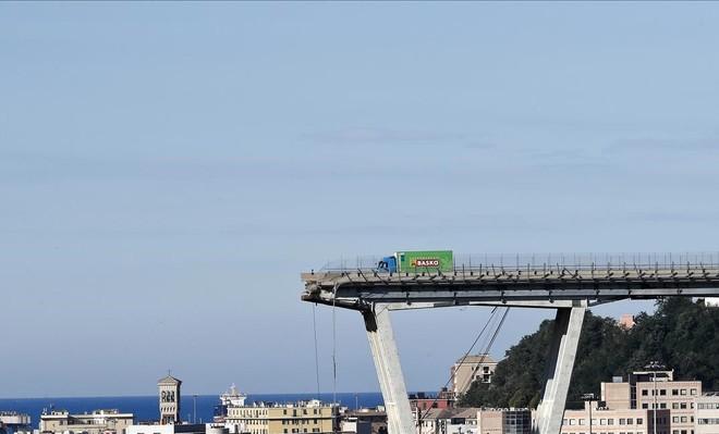 El puente derrumbado en Génova.