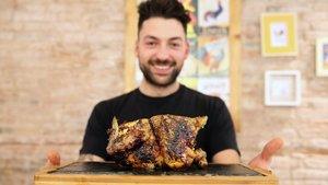 Javi Gavaldà, con uno de los súper pollos de Quin pollastre!