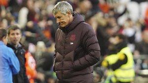 Quique Setién, preocupado en Mestalla donde encajó su primera derrota como técnico del Barça.