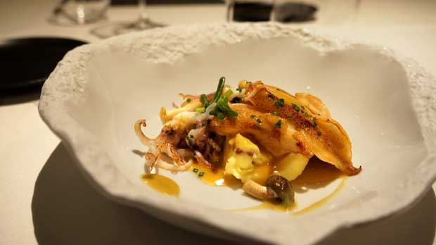 Raúl Roig, chef del restaurante Osmosis, explica cómo hace la receta de chipirones con parmentier de patata.