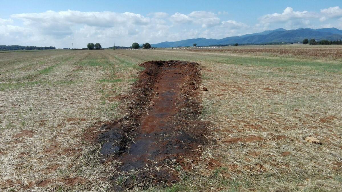 La línea de tierra de unos 20 metros termina una especie de cráter al final.