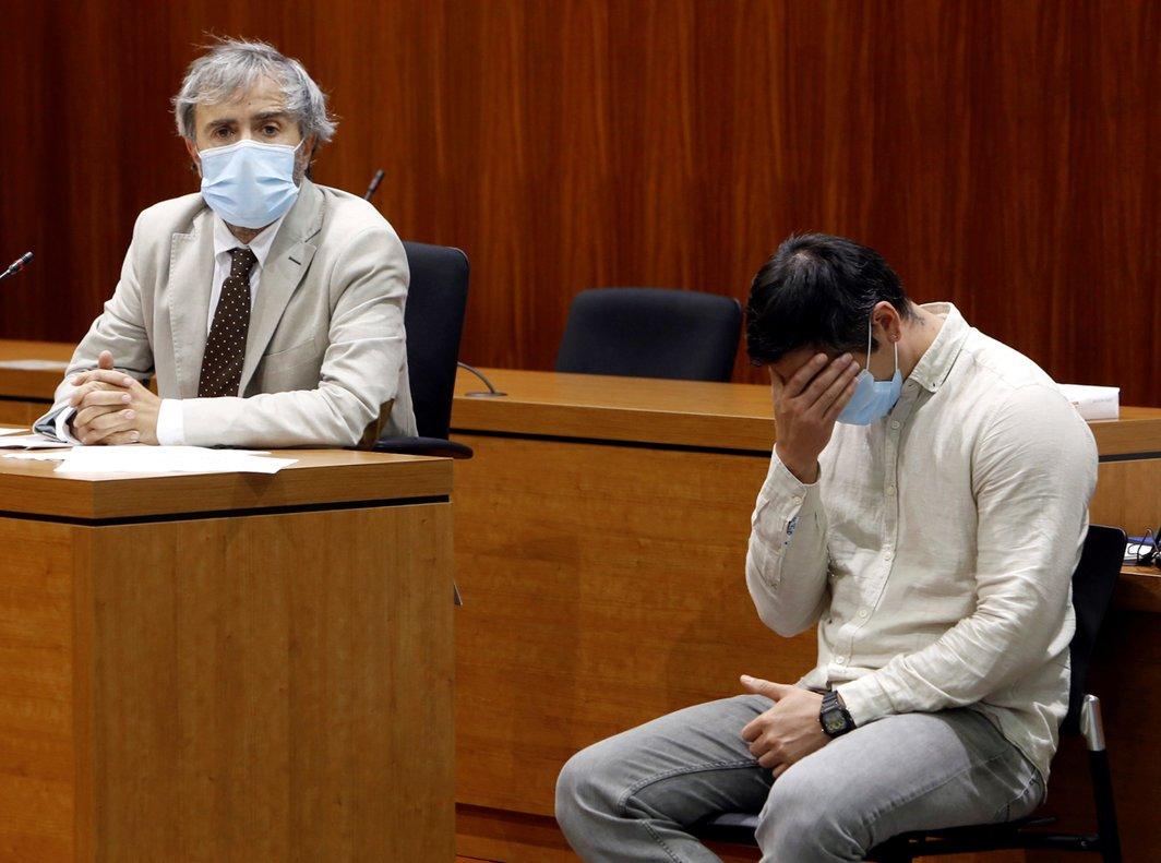 Rodrigo Lanza (derecha) y su abogado, Endika Zulueta, tras escuchar el veredicto del jurado, este jueves en Zaragoza.