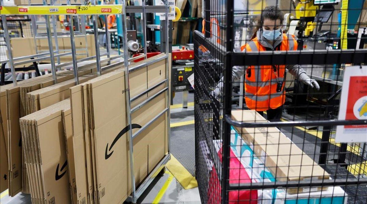 Empleados de Amazon en un almacén de Amiens (Francia).