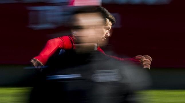 Hernán Pérez, detrás del técnico Sergio González, este martes en la Ciudad Deportiva Dani Jarque.