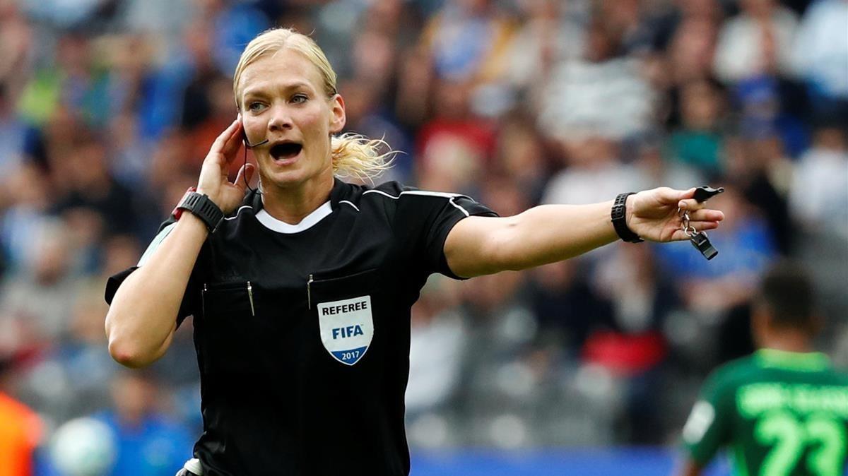Bibiana Steinhaus, la primera mujer que arbitra en la Bundesliga