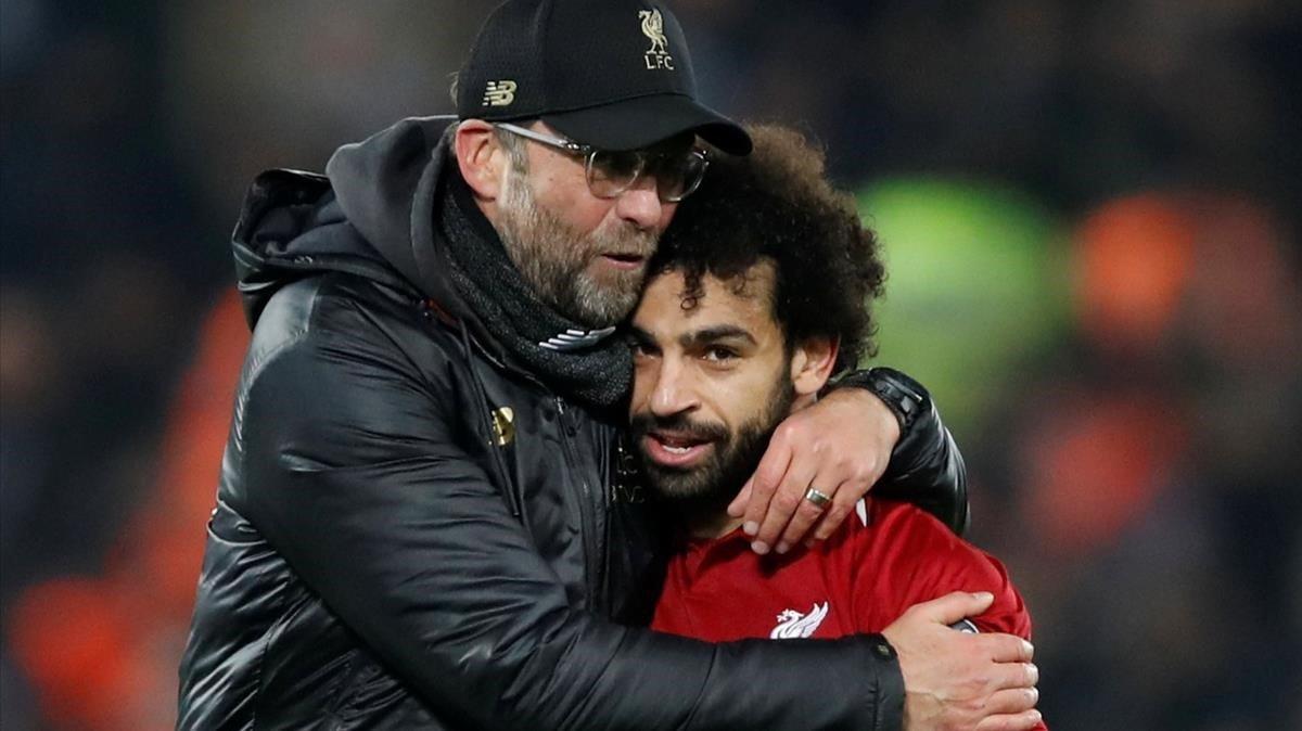 Klopp y Salah se abrazan después de la victoria ante el Nápoles.