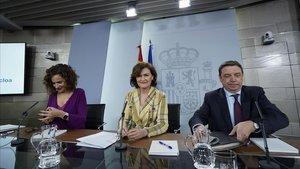 La ministra portavoz María Jesús Montero, la vicepresidenta primera, Carmen Calvo, y el ministro de Agricultura, Luis Planas, tras el Consejo de Ministros de este martes.