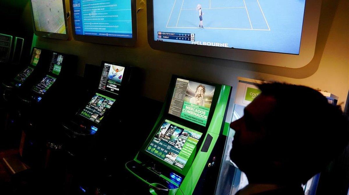 Sala de apuestas en el interior de un bingo en Madrid.