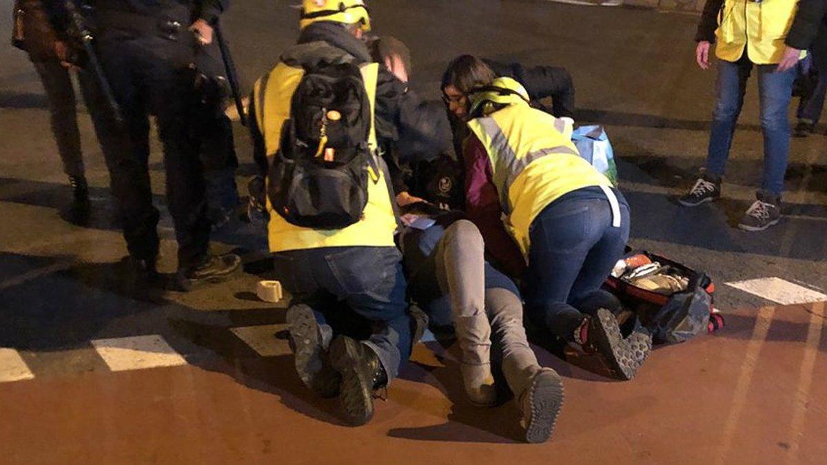Sanitarios atienden a la mujer atropellada, este martes, en Nochebuena.