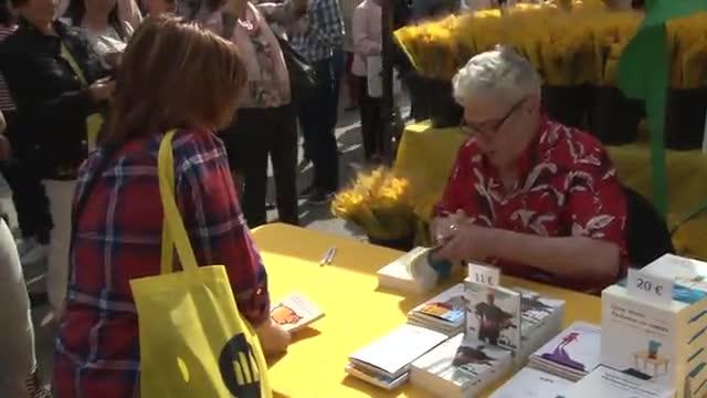 Los escritores firman libros el día de Sant Jordi 2018