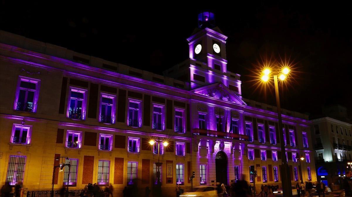 La sede de la Comunidad de Madrid, la Real Casa de Correos, iluminada de color violeta con motivo del Día Internacional de la Mujer Trabajadora.