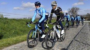 Alejandro Valverde, de negro y arcoíris, junto a sus compañeros, durante un entrenamiento por Flandes.