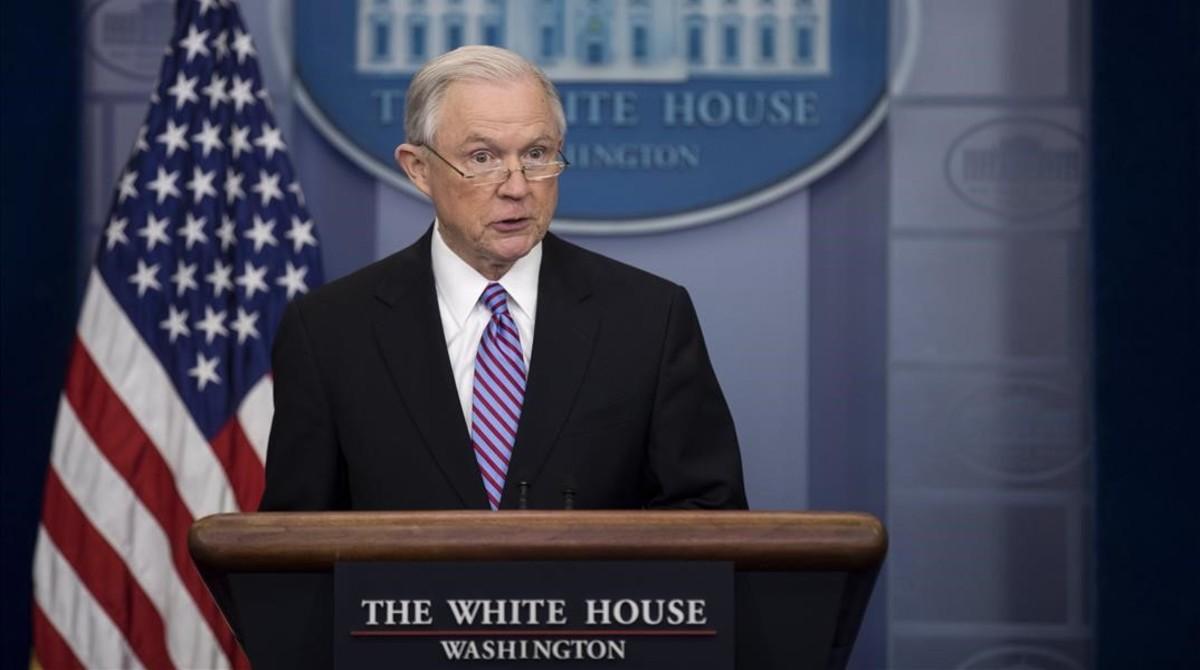 Sessions responde a las preguntas de los periodistas, en la rueda de prensa en la Casa Blanca, en Washington, el 27 de marzo.