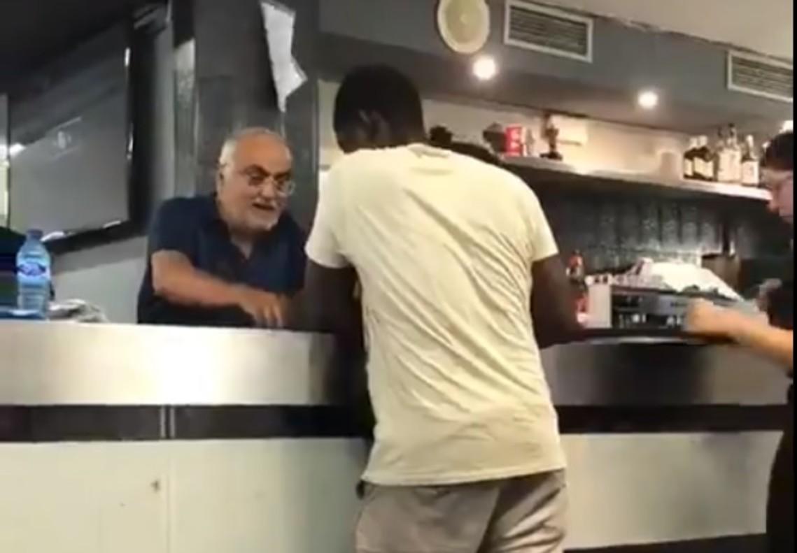 VÍDEO: El vergonyós episodi racista viscut en un bar que ha encès les xarxes socials