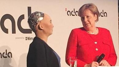 Angela Merkel encuentra consuelo en la androide Sophia