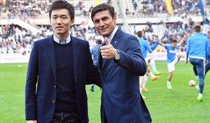Steven Zhang (presidente) y Javier Zanetti (vicepresidente) posan antes de un partido del Inter.