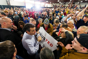Ted Cruz firma autògrafs als seus seguidors en un míting a Idaho, aquest dissabte.