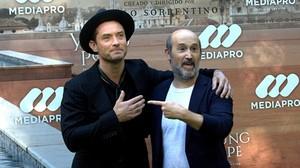 Jude Law y Javier Cámara, durante la presentación de la serie de la HBO 'The young Pope', en Madrid.