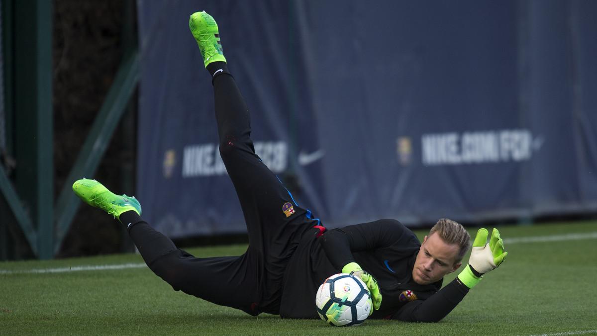 Ter Stegen bloca un balón en un entrenamiento del Barcelona.