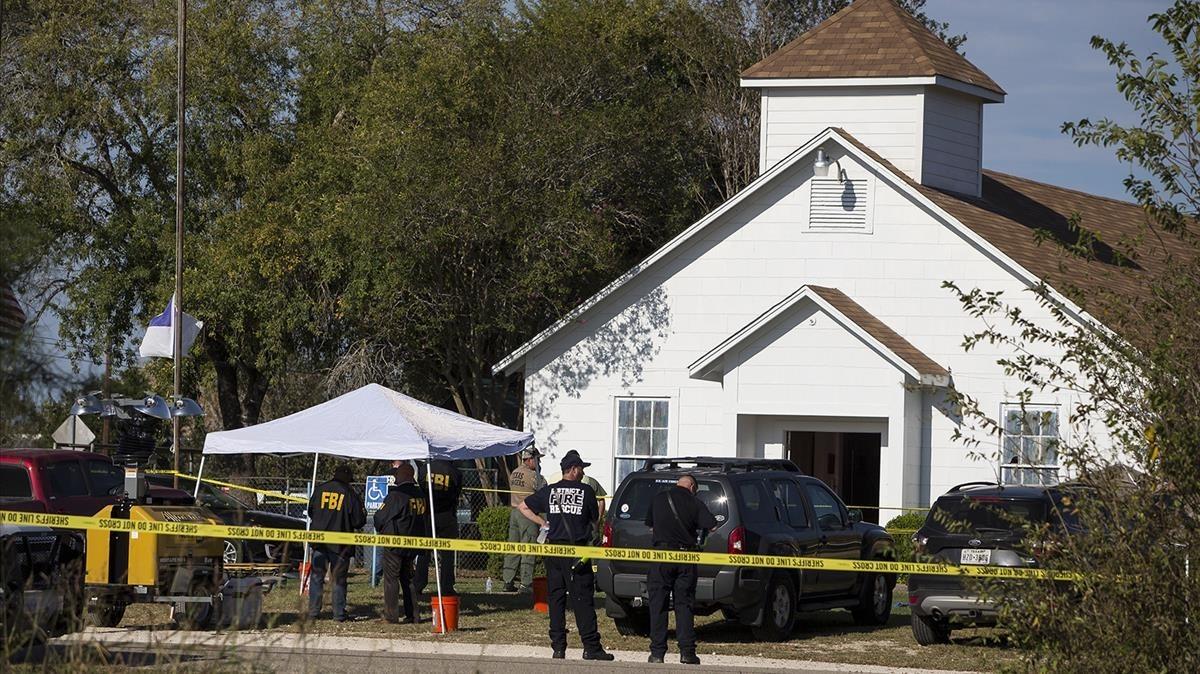 Agentes ante la iglesia de Sutherland Springs (Tejas), tras el tiroteo.