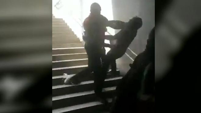 TMB obre expedient a dos vigilants de metro per tirar un usuari per les escales a La Sagrera