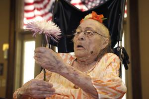 Una imagen de Gertrude Weaver, hasta ahora la persona más anciana del mundo, el año pasado, el 3 de julio, en la celebración de su 116 cumpleaños.
