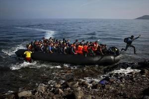 Una lancha con afganos, llegando a la isla de Lesbos, en octubre del 2015.