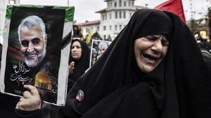 Una mujer llora durante una protesta en la ciudad iraní de Rasht contra el asesinato de Qasem Soleimani, el comandante de las fuerzas de élite de la Guardia Revolucionaria iraní, a manos del Ejército de EEUU.