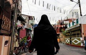 Una mujer musulamana pasea por las calles de Colombo, Sri Lanka.