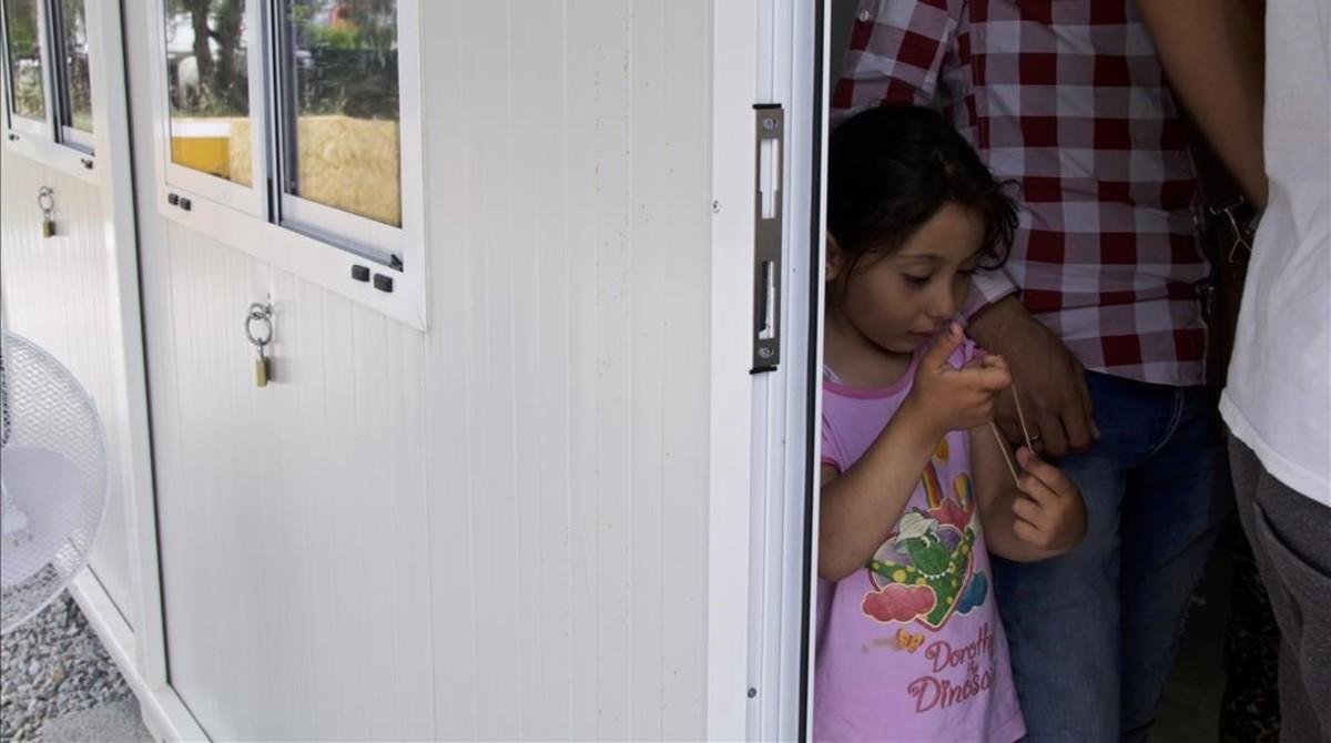 Una niña en uno de los barracones del campo de refugiados de la isla de Lesbos.