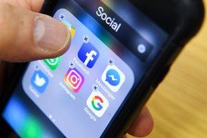 Una persona borra aplicaciones de redes sociales de su iPhone.