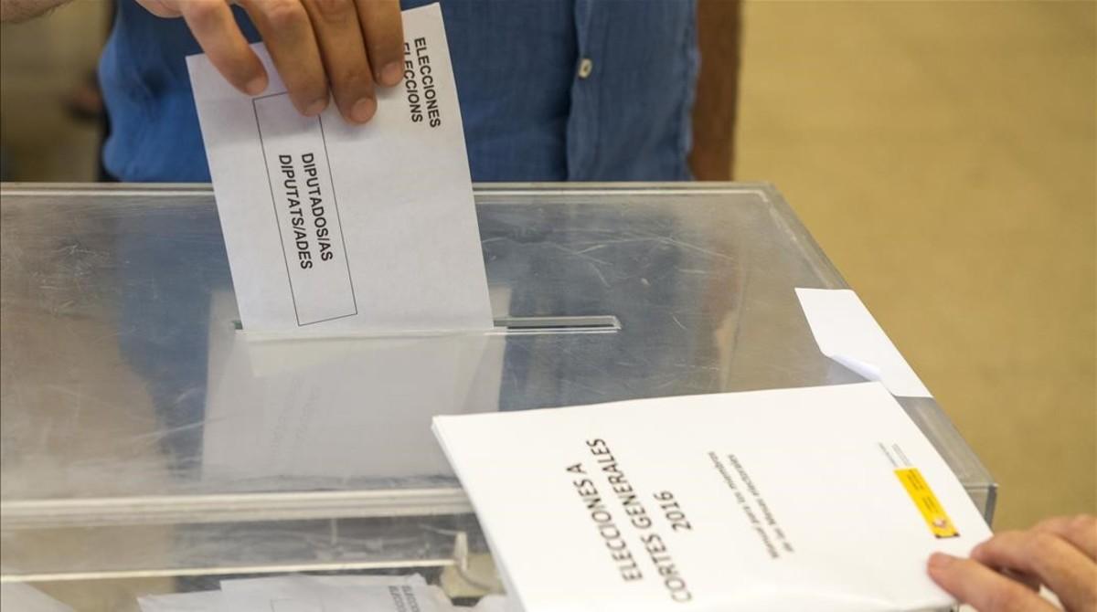 Una urna en las elecciones generales de junio del 2016.