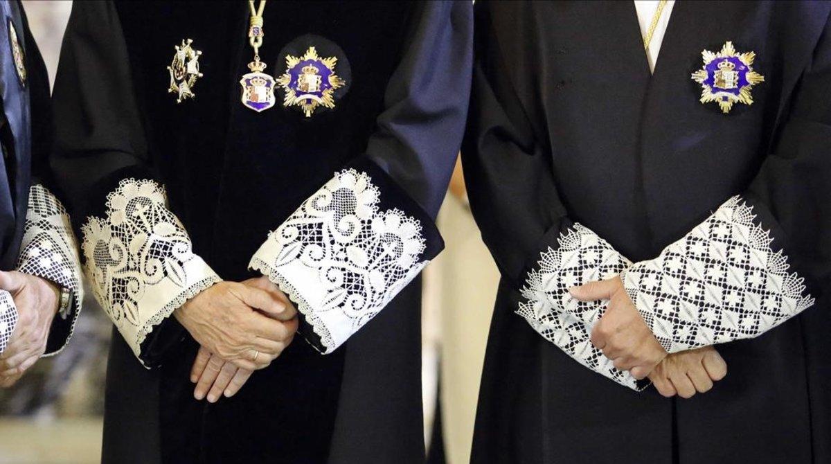 Detalle de las puñetas de las togas de dos magistrados que participaron en la apertura del año judicial del 2013 en el Tribunal Supremo.