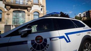 Una patrulla de la Ertzaintza circula junto al palacio de Justicia de San Sebastián.