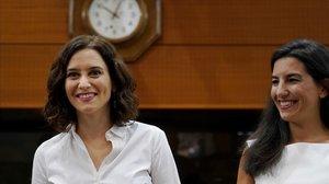 La candidata del PP a la investidura, Isabel Díaz Ayuso, con la portavoz de Vox, Rocío Monasterio, al inicio del debate.