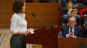 Ángel Gabilondo escucha a Isabel Díaz Ayuso en un momento del debate de investidura, este miércoles.