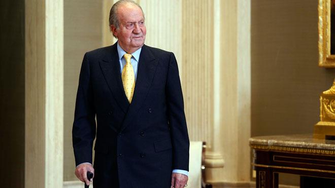 El rey Juan Carlos, en 2014. En el vídeo, declaraciones delresponsable de Sociedad Civil de Podemos, Rafael Mayoral, que asegura que el Parlamento debe discutir lo mismo que la calle.